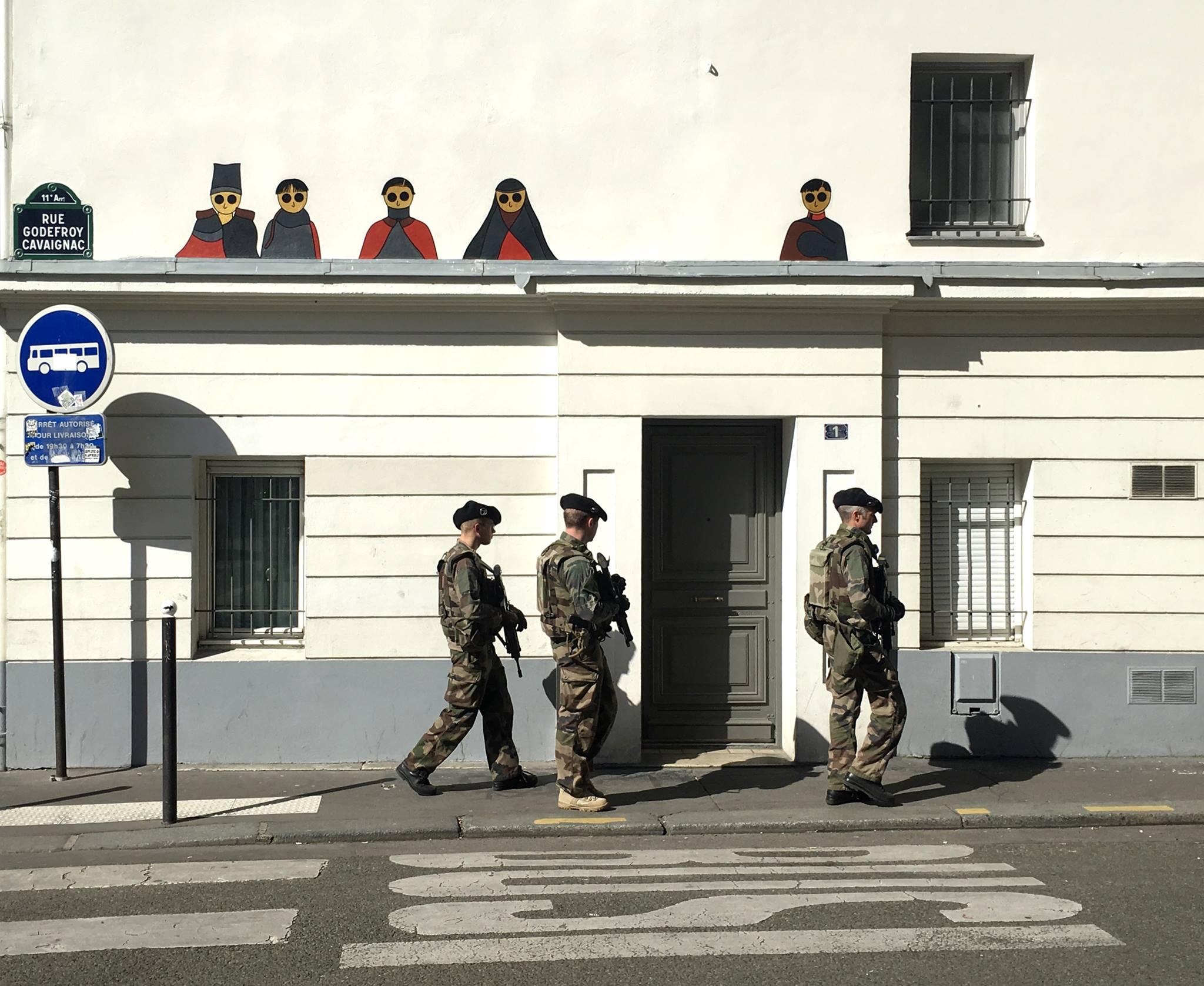 kamlaurene-street-art-paris-75011-personnages-yeux-noirs-militaires