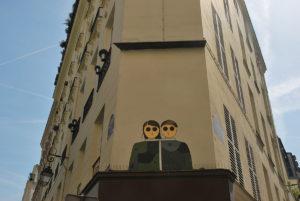 kamlaurene-street-art-paris-personnages-yeux-noirs-coeur-vert-coeur-noir